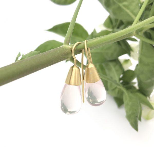 Geelgouden oorbellen met rozekwarts