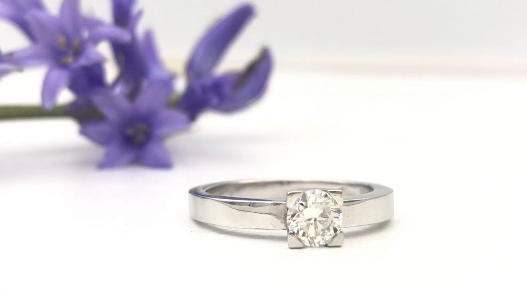 Witgouden verlovingsring met 0.4 ct diamant