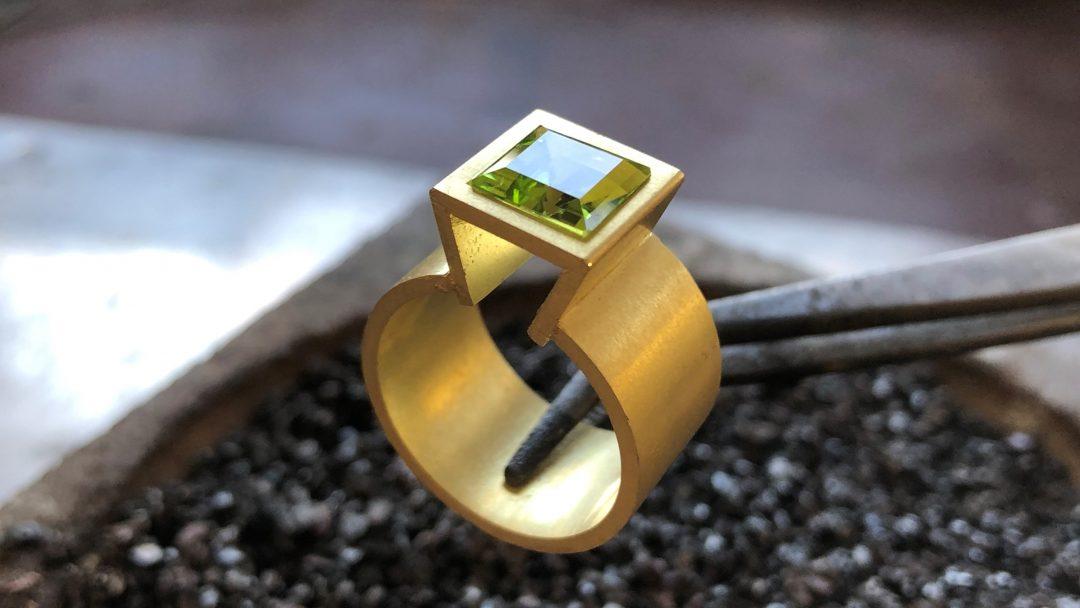 Geelgouden peridoot ring_Goudsmid Nele Blanckaert